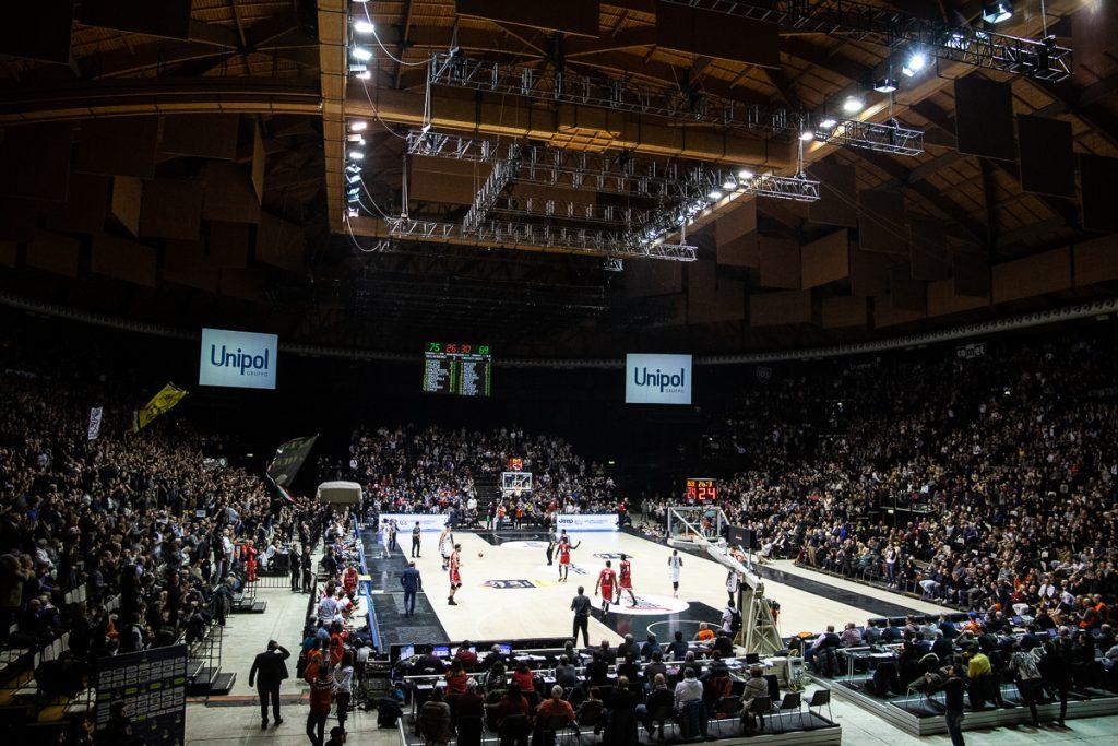 Natale Bianconero: la Virtus Segafredo Bologna batte Grissin Bon Reggio Emilia 81 a 69.